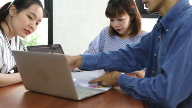 vídeos de stock, filmes e b-roll de 3 pessoas do sudeste asiático trabalhando juntos - indonésia