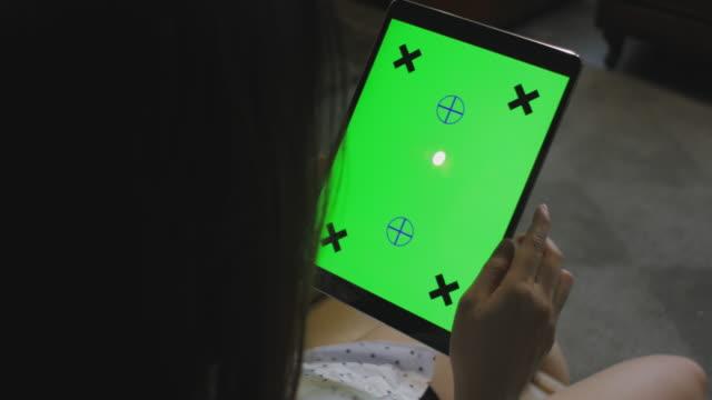 Südost-Asien Frau grün Tablet-Bildschirm betrachten