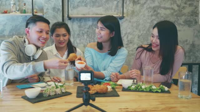 stockvideo's en b-roll-footage met zuidoost-azië jonge millennial mensen bestellen vietnamees eten samen bij lokaal restaurant - generation z
