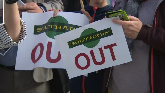 southern rail commuters' protest england brighton brighton station int various shots commuters protesting holding up placards criticising southern... - itv london lunchtime news点の映像素材/bロール
