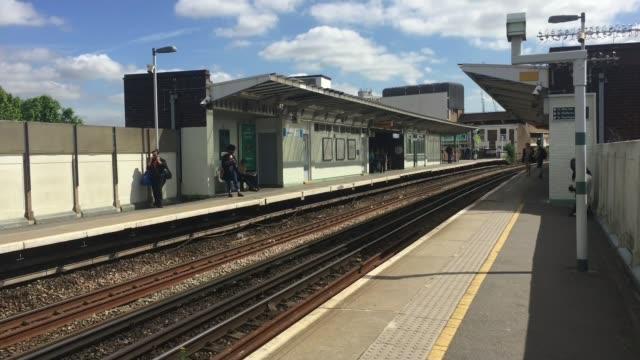 vídeos de stock e filmes b-roll de london peckham rye ext near empty platform at rush hour farringdon station ticket barriers at quiet station on strike day - peckham