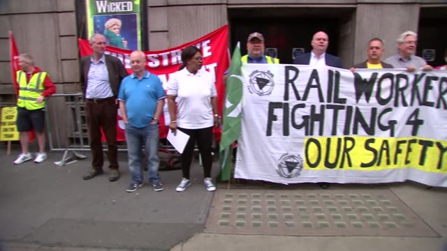 southern rail strike / victoria station general views england london victoria station ext striking rail workers at picket line with 'rail workers... - streikposten stock-videos und b-roll-filmmaterial