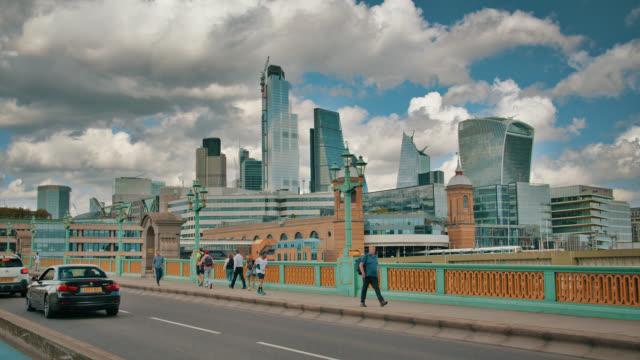 southwalk bridge. business dowtown. lindon. - イングランド点の映像素材/bロール