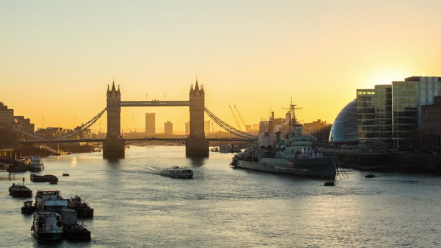 stockvideo's en b-roll-footage met t/l southwark bank en de tower bridge bij zonsopgang - town hall