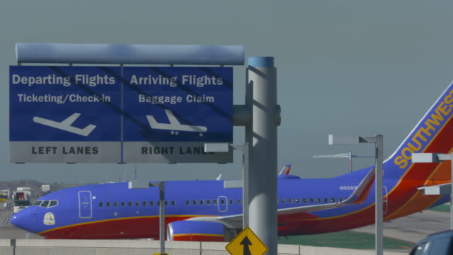 southwest airlines arriving-departing lax - südwestliche bundesstaaten der usa stock-videos und b-roll-filmmaterial