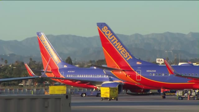 southwest airlines at lax - südwesten stock-videos und b-roll-filmmaterial