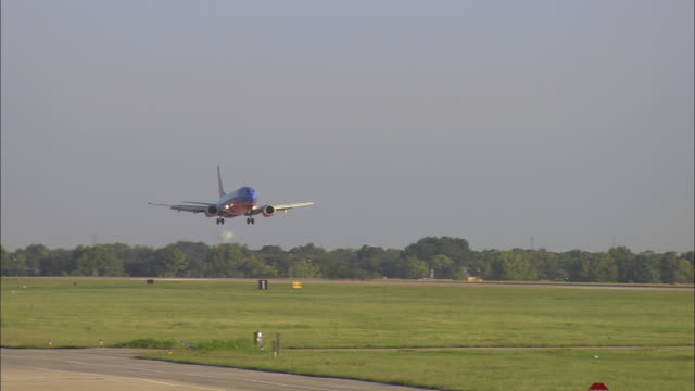 vídeos de stock, filmes e b-roll de ws southwest airlines boeing 737 landing at love field / dallas, texas, usa - sudoeste dos estados unidos