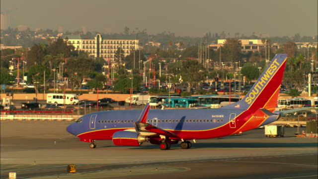 vídeos y material grabado en eventos de stock de ms, southwest airlines jet taxiing in runway, los angeles, california, usa - southwest usa