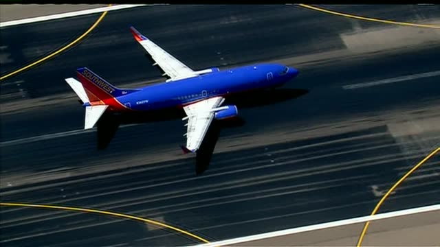 vídeos y material grabado en eventos de stock de southwest jet takes off on runway - southwest usa