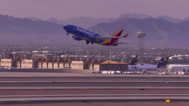 southwest take-off from phoenix - südwestliche bundesstaaten der usa stock-videos und b-roll-filmmaterial