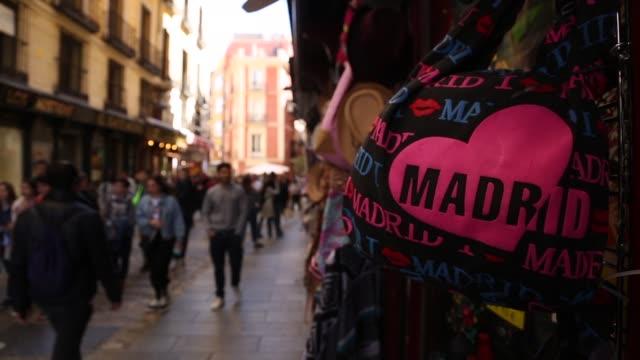 vídeos y material grabado en eventos de stock de souvenir bags on calle de la sal near plaza mayor, madrid, spain, europe - culturas