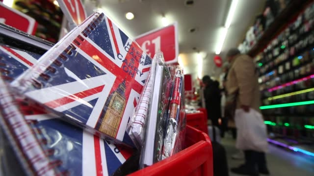 vídeos y material grabado en eventos de stock de a souvenir shop for tourists displays mugs with british union flags also known as union jacks for sale below a one pound currency sign in london uk... - foto policial