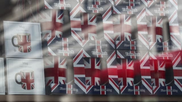 vidéos et rushes de souvenir shop selling british branded goods on the haymarket in london, u.k., on tuesday, july 19 an employee, wearing a union flag, also known as... - haymarket