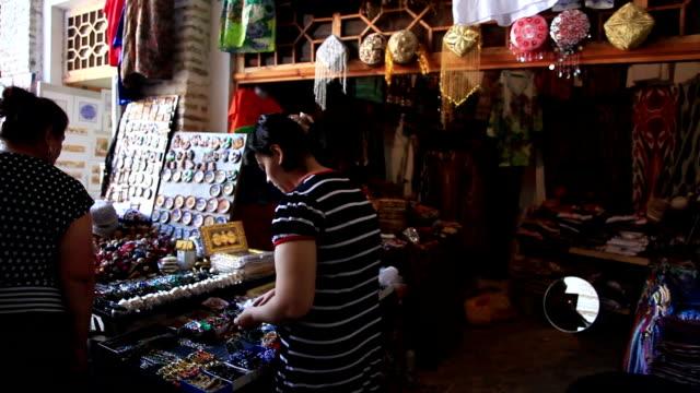 vídeos de stock, filmes e b-roll de souvenir shops, folk art. - antiquário loja