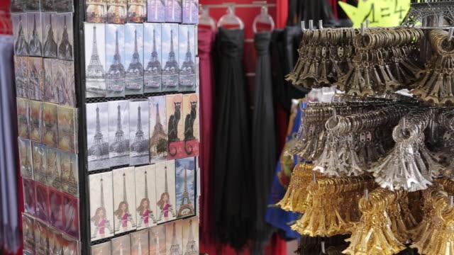 souvenir store, paris, france - ギフトショップ点の映像素材/bロール