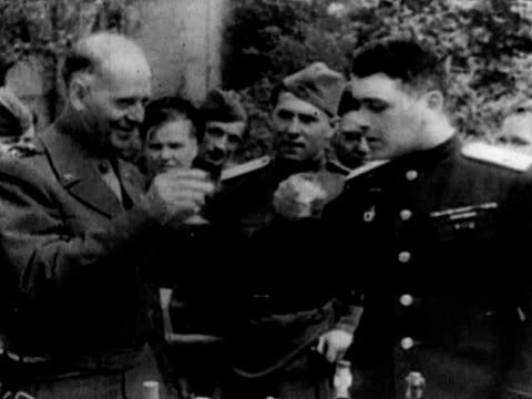vídeos de stock, filmes e b-roll de soviet and us soldiers talking to each other military officers drinking alcohol soviet and us soldier shaking hands cameraman filming - rio elbe
