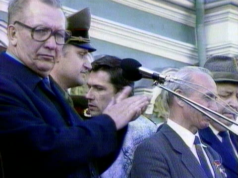 vidéos et rushes de a soviet army officer addresses a rally against plans by boris yeltsin to change the name of leningrad back to st petersburg june 1991 - armée rouge