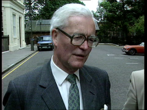 reax knao england london downing street ms car containing pm john major into downing st towards pull out tms car door is opened and major alights... - john major stock videos & royalty-free footage