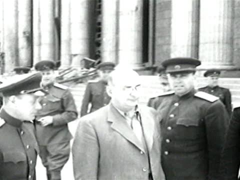 vídeos y material grabado en eventos de stock de soviet deputy premier lavrentiy beria inspecting ruins of berlin - en ruinas