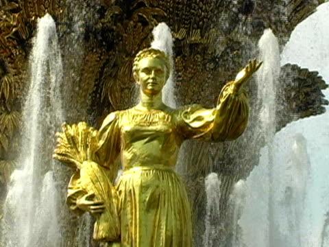sowjetunion fountain-statue, heimat sichel frau - weibliche figur stock-videos und b-roll-filmmaterial