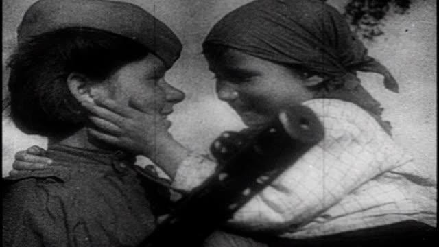 vídeos de stock e filmes b-roll de soviet film commemorating the victory at the battle of kursk - batalha guerra