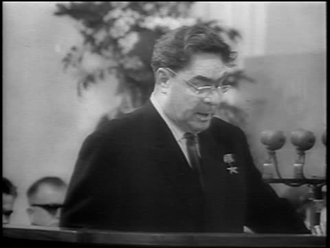 vídeos de stock e filmes b-roll de soviet leader leonid brezhnev in eyeglasses giving speech outdoors / newsreel - leonid brezhnev