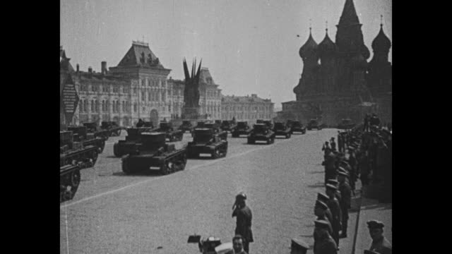 vídeos de stock, filmes e b-roll de soviet may day military parade in red square / rear shot tanks on parade w/ st basil's cathedral and state historical museum in bg / soldiers... - 1 de maio