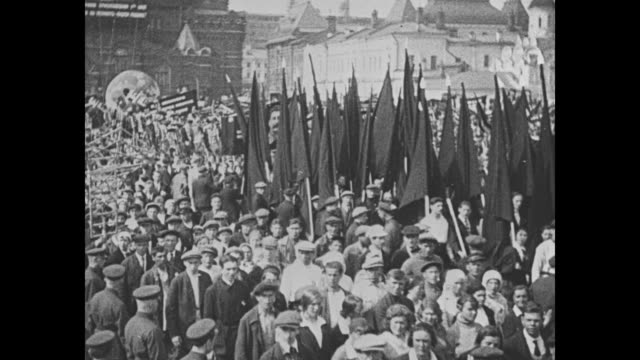 vídeos de stock e filmes b-roll de soviet may day military parade in red square / tanks on parade, with st basil's cathedral and state history museum in bg / people with flags,... - dia do trabalhador
