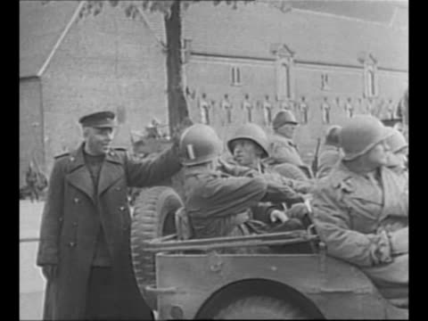 vídeos de stock e filmes b-roll de soviet officers stand with military woman as jeep pulls away; the two armies have met in germany during world war ii / soviet officer waves at,... - ir em frente