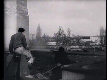 vidéos et rushes de soviet propaganda documentary film. soviet intervention in budapest , guerrilla warfare : communist emblems removed from official buildings by... - 1956