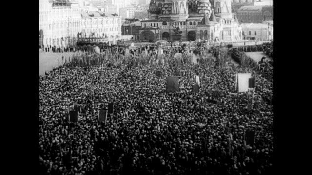 / soviet propaganda film commemorating yuri gagarin's first manned space flight red square nikita khrushchev and other communist party leaders with... - tidigare sovjetunionen bildbanksvideor och videomaterial från bakom kulisserna