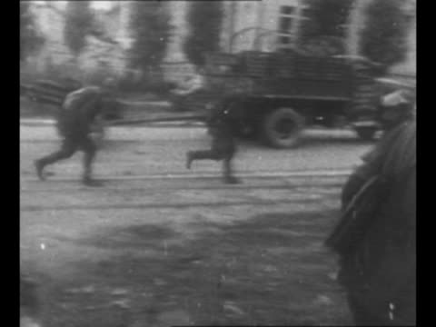 vidéos et rushes de soviet tanks and military vehicles move in belgrade / soviet official and yugoslav partisan soldiers confer / montage red army troops in belgrade... - armée rouge