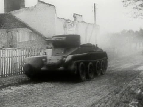 vídeos de stock, filmes e b-roll de soviet tanks on move during sovietgerman invasion of poland in 1939 - polônia