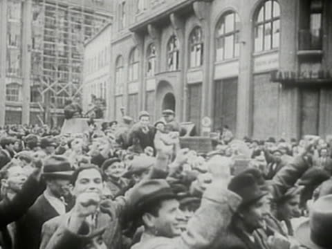 vídeos de stock, filmes e b-roll de soviet troops entering lviv during sovietgerman invasion of poland in 1939 - polônia