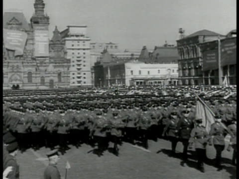 vídeos y material grabado en eventos de stock de soviet troops marching in red square moscow. soldiers marching. joseph stalin waving. soviet heavy armored tanks parading crowds lower fg. wwii - 1930 1939