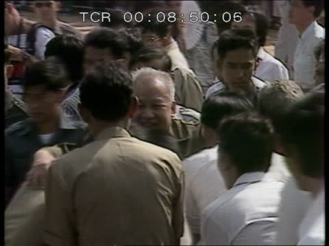 vietnam / cambodia talks cambodia f'back mass crowds with prince sihanouk banners prince sihanouk thru crowd people in hut with guns poking out of... - toccare con un dito video stock e b–roll