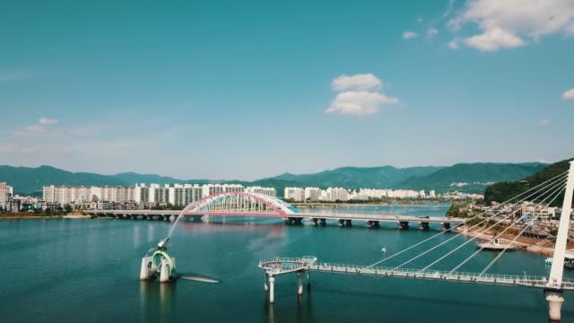 vidéos et rushes de soyanggang skywalk and soyang2gyo bridge / soyanggang river, chuncheon-si, gangwon-do, south korea - répandre
