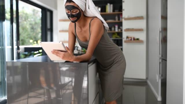 stockvideo's en b-roll-footage met spa dag thuis - in een handdoek gewikkeld
