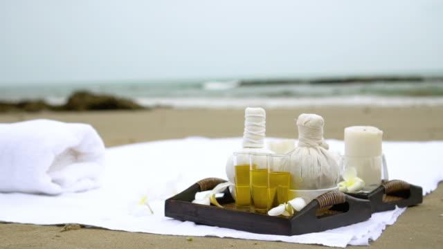 vídeos de stock, filmes e b-roll de equipamento dos termas na praia - toalha de praia