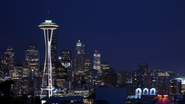 vídeos de stock e filmes b-roll de t/l ws space needle and skyline from dusk to night/ seattle, washington - space needle
