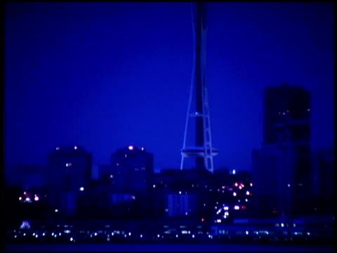vídeos de stock e filmes b-roll de space needle at night, seattle washington - space needle
