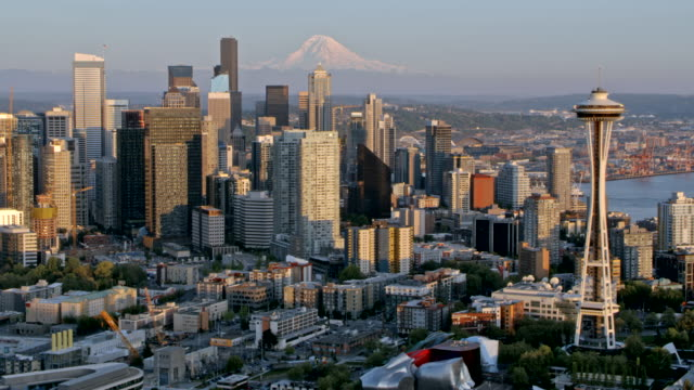 aerial space needle in seattle - seattle stock-videos und b-roll-filmmaterial
