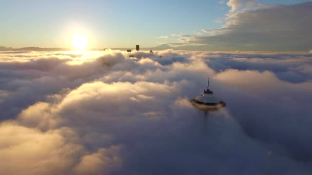 vídeos de stock e filmes b-roll de space needle seattle am flight above fog - nave espacial