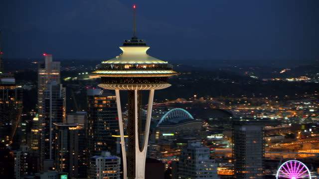 vídeos de stock e filmes b-roll de aerial space needle with downtown seattle and harbour island at night - space needle