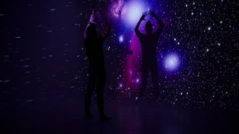 vídeos y material grabado en eventos de stock de proyección de espacio a un bailarín - realidad aumentada espacial