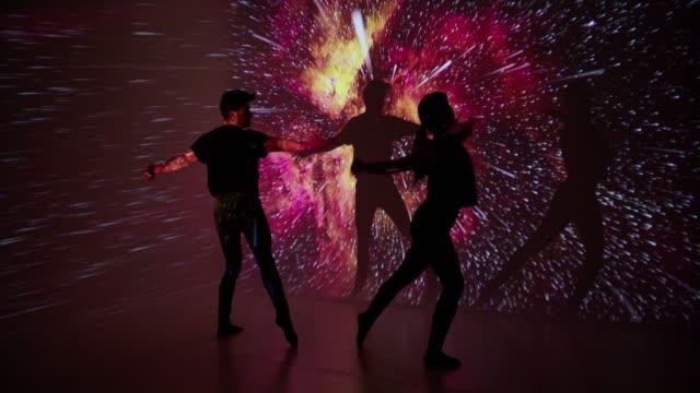vídeos y material grabado en eventos de stock de proyección de espacio a la pareja de la bailarina - realidad aumentada espacial
