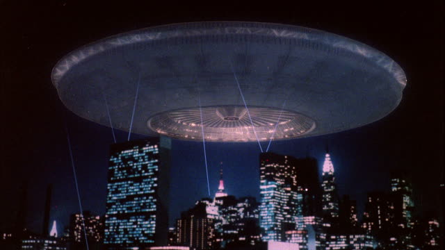 vídeos de stock, filmes e b-roll de ms space ship (mother ship) over new york city - ufo