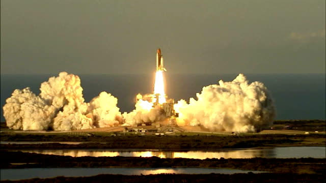 vídeos de stock e filmes b-roll de space shuttle atlantis launches on mission sts117 to the international space station with a new set of solar arrays / spectators watching launch / cu... - 2007