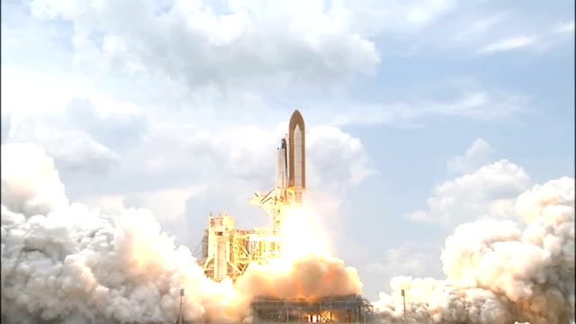 vídeos y material grabado en eventos de stock de space shuttle atlantis launches on mission sts125 to repair and upgrade the hubble space telescope with two new instruments the cosmic origins... - transbordador espacial