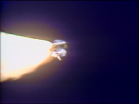 vídeos y material grabado en eventos de stock de 1986 space shuttle challenger moving up into sky / explodes suddenly camera zoom out - transbordador espacial